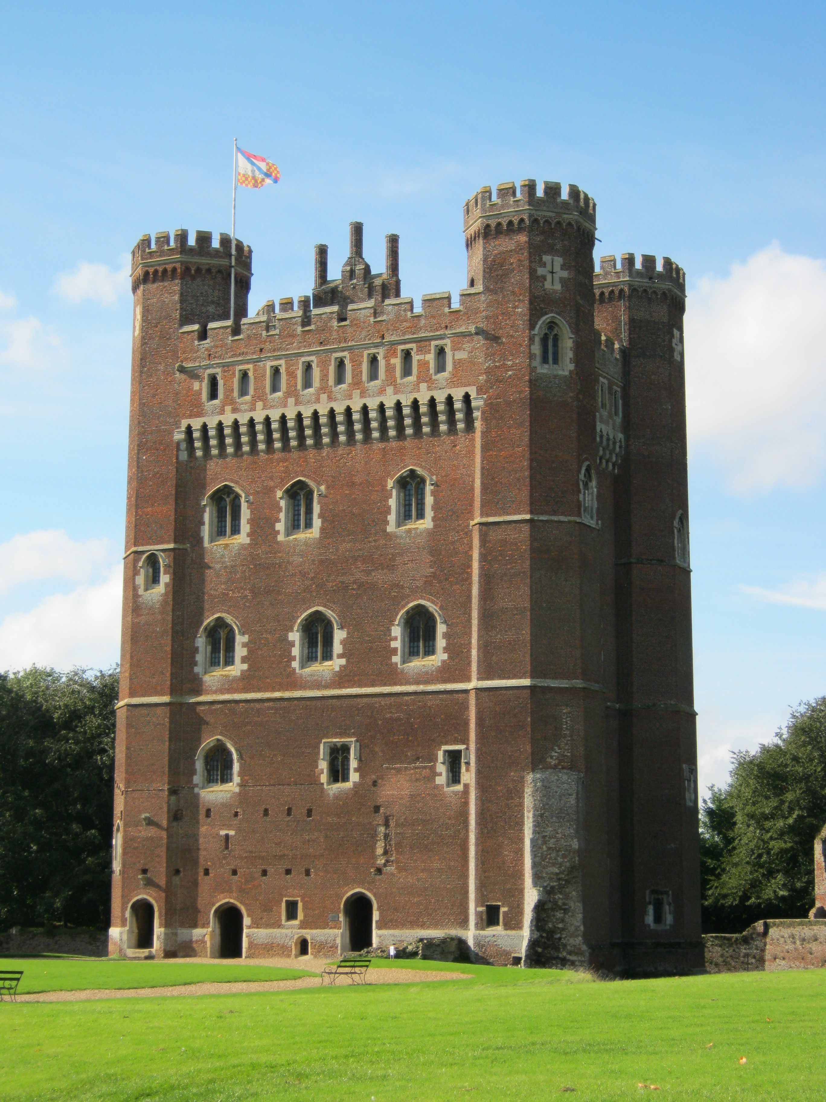 before i had read any detail about tattershall castle i had seen pictures of its red brick tower and had simply assumed that it was a fake castle